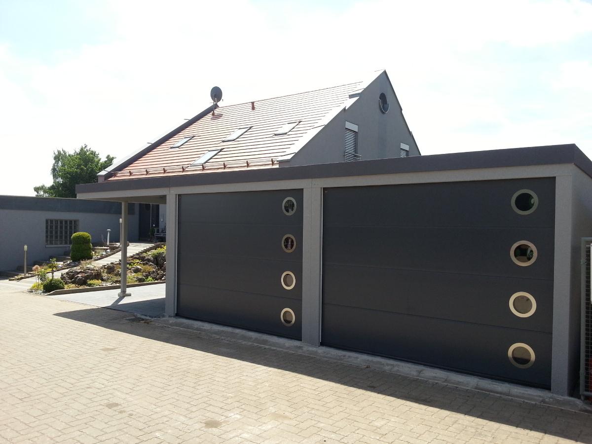 STAHL-Doppelgarage mit Sektionaltoren + Geräteraum hinten integriert + Carport-Anbau - BRANDL