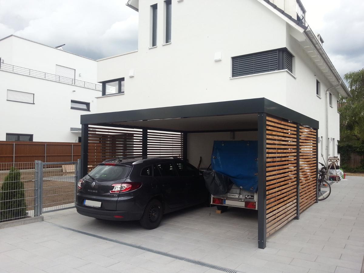 Doppel-Carport aus Stahl – mit Wandelementen offene Holzlattung - BRANDL