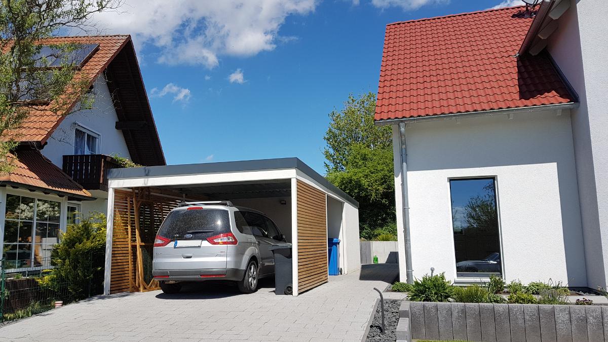 Einzel-Carport aus Stahl mit Geräteraum (Abstellkammer) hinten integriert - BRANDL