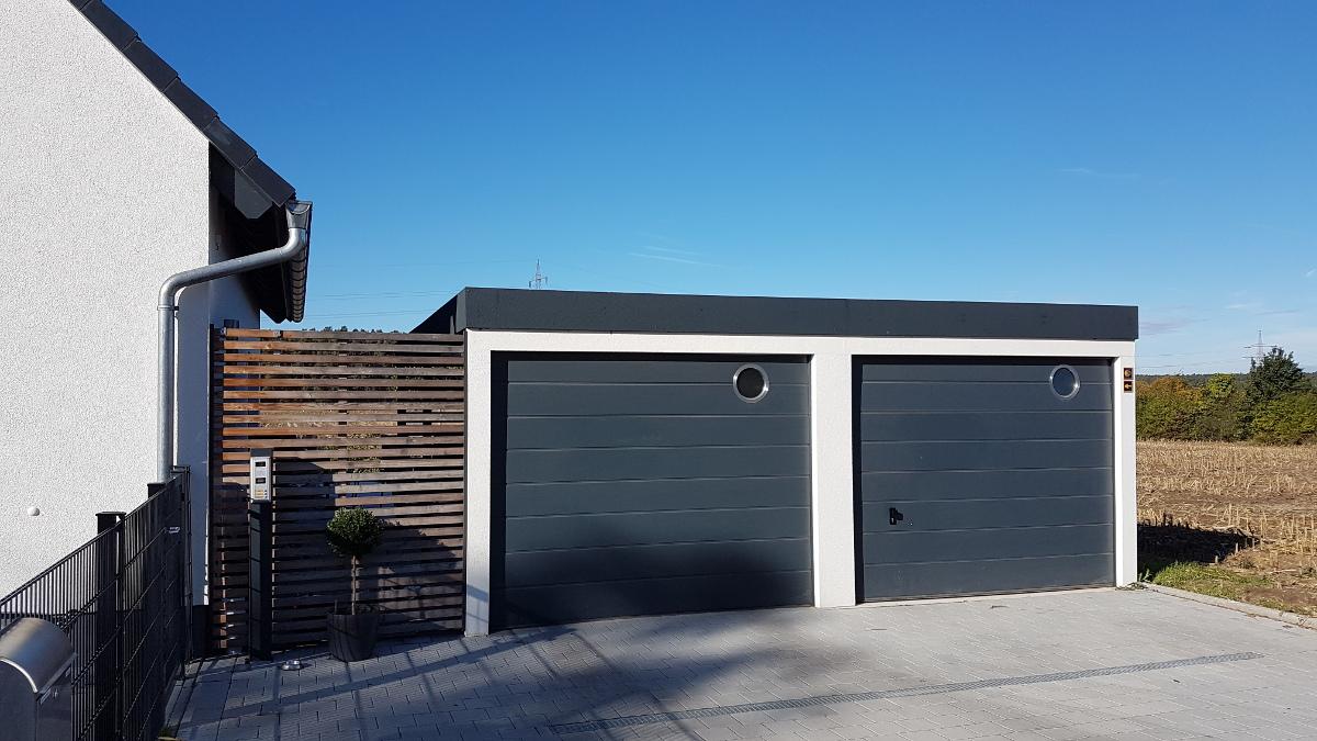 STAHL-Einzelgarage + Anbau-Carport mit Sektionaltoren + Sichtschutzwände - BRANDL