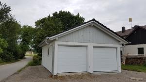 Doppel-Garage aus Beton mit Sektionaltoren - BRANDL