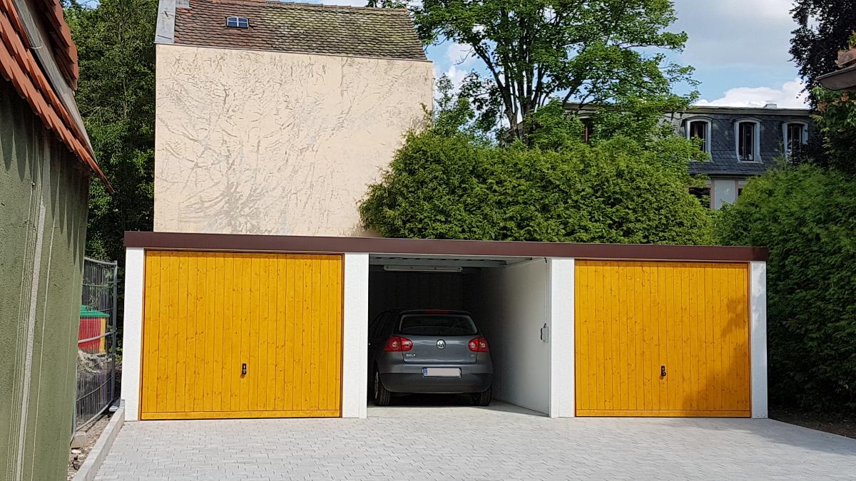Einzel-Garagen aus Stahl mit Carport dazwischen - BRANDL