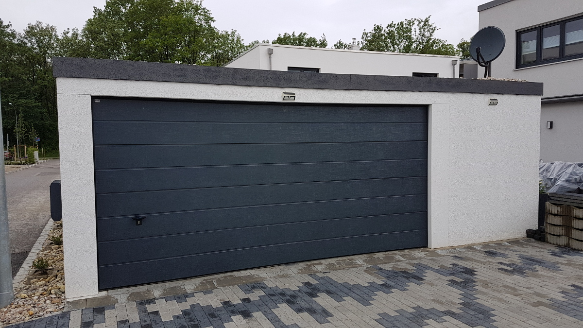 Doppelgarage (Großraumgarage) aus Stahl mit Sektionaltor + Anbau-Garage als Geräteraum (Abstellkammer) - BRANDL