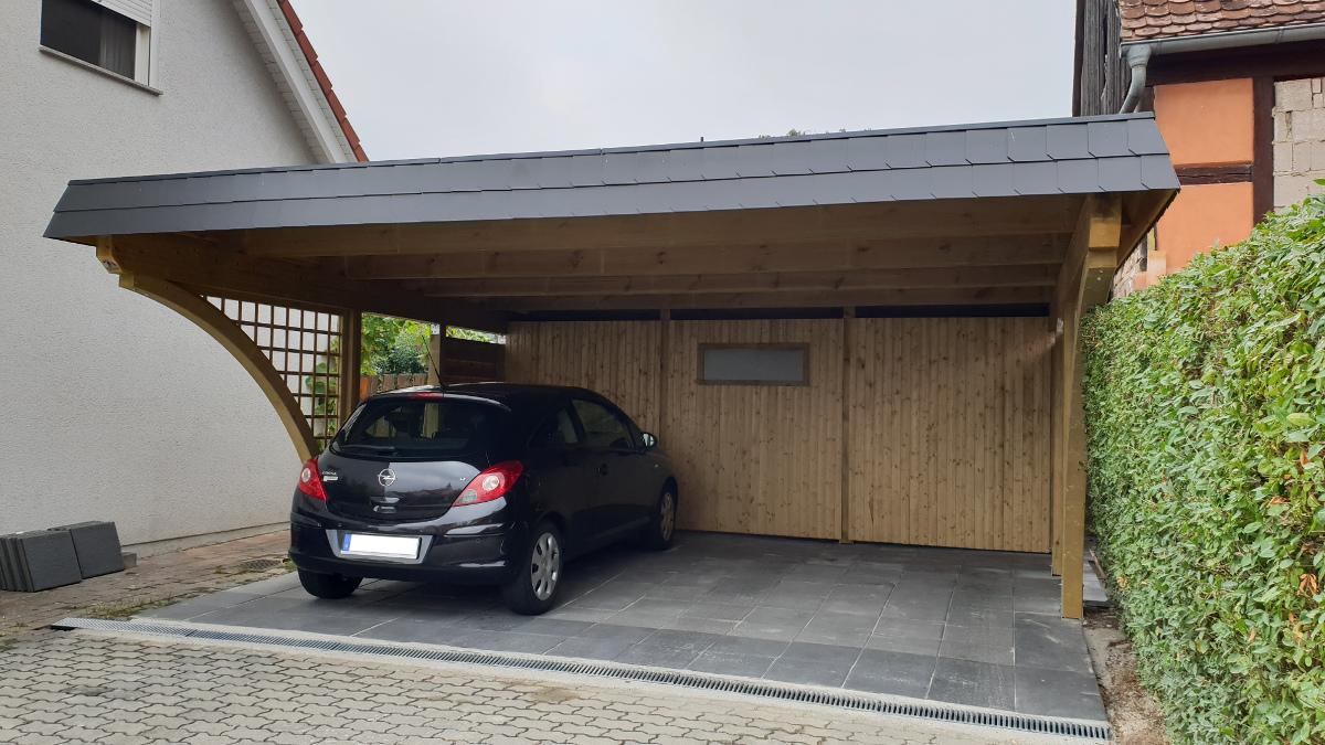 Doppel-Carport aus Holz mit Bogenpfosten beidseitig + Abstellkammer (Geräteraum, Schuppen) hinten integriert - BRANDL