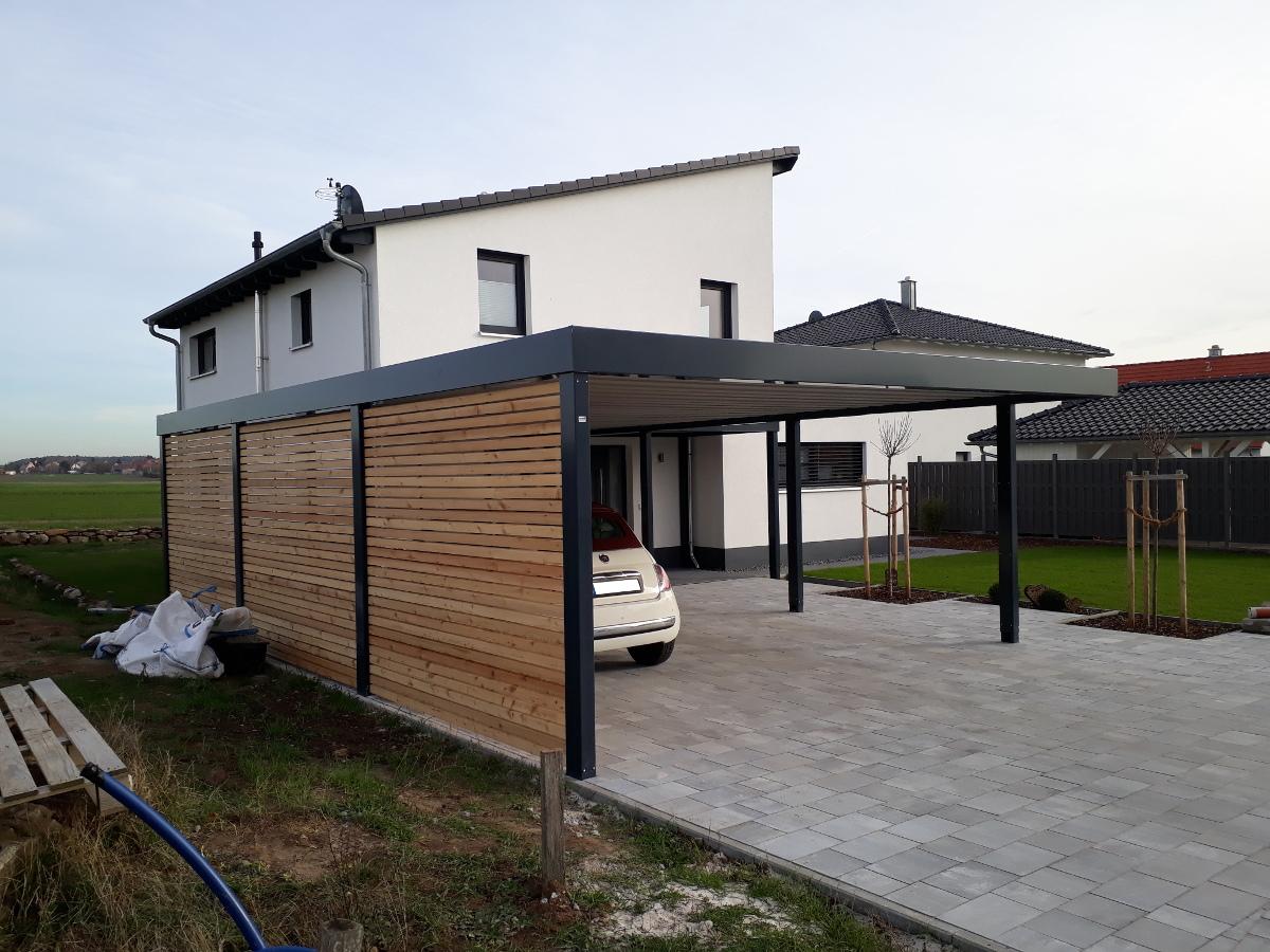 Doppel-Carport aus Stahl + Anbau-Carport seitlich als Hauseingangsüberdachung - BRANDL