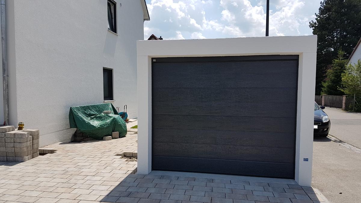 Einzel-Carport aus Stahl mit Wandelementen und Schiebetor hinten - BRANDL