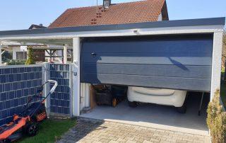 Einzelgarage aus Stahl mit Sektionaltor + Anbau-Carport links daneben - BRANDL
