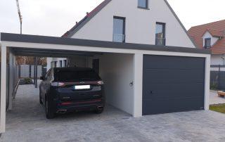 Einzel-Garage aus Stahl mit Sektionaltor + Anbau-Carport links daneben - BRANDL