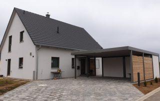 Doppel-Carport aus Stahl mit Hauseingangsüberdachung - BRANDL