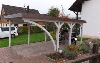 Einzel-Carport aus Holz mit Schindelblende und Bogenpfosten einseitig - BRANDL